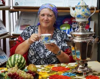 Кустодиев.Жена купца за чаем